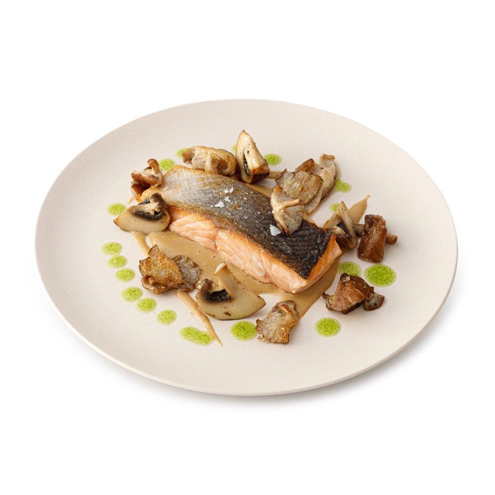 Salmon asado con setas de temporada