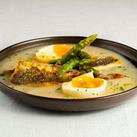 Merluza en salsa de mejillón, trigueros y huevo poché
