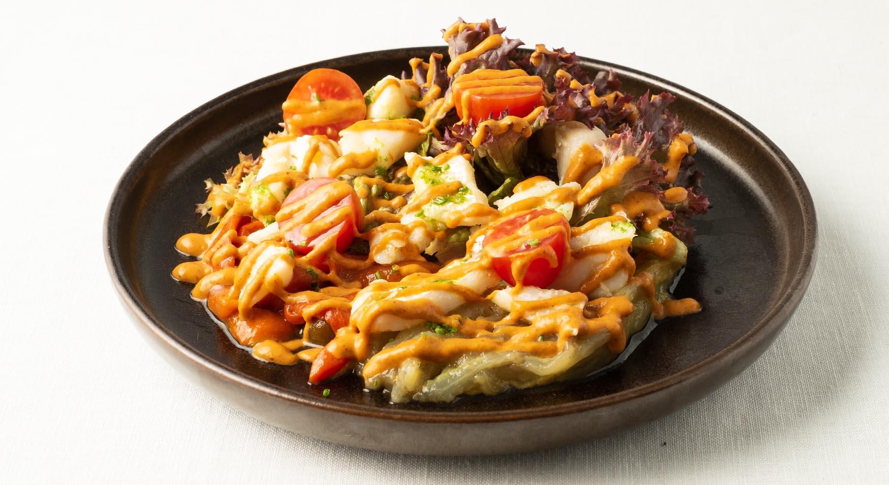 Ensalada de bacalao esqueixado, pimiento y berenjena asada aliñados con romesco