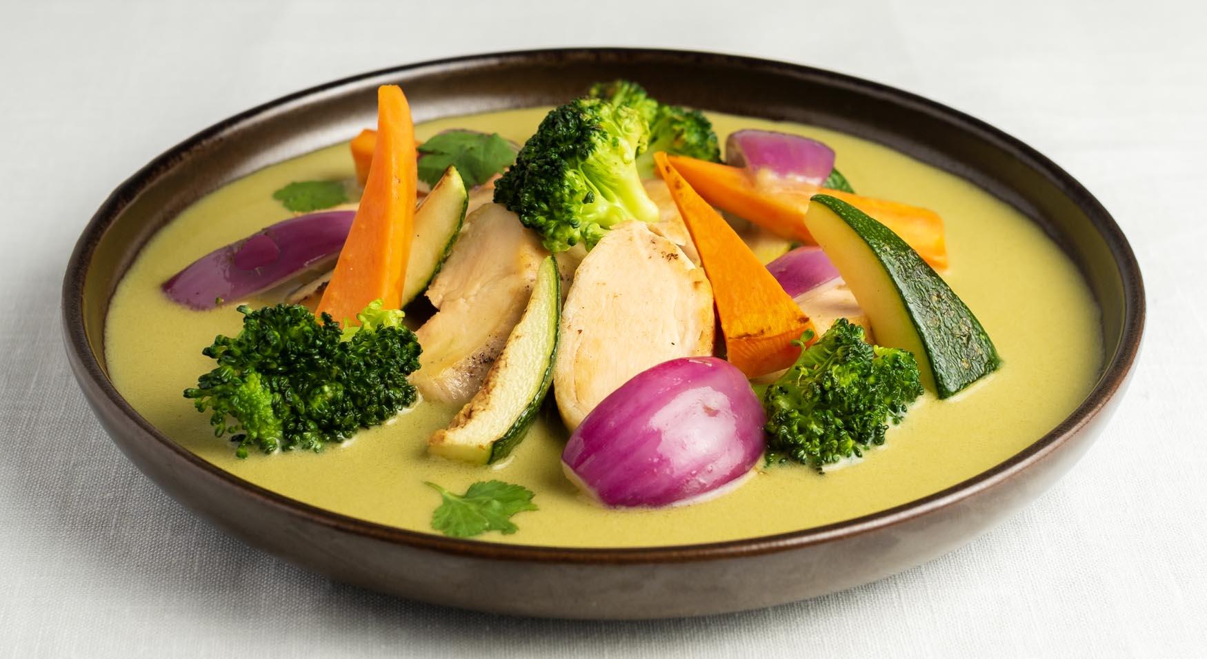 Pollo al curry verde tailandés respetando la receta tradicional, acompañado de verduras de temporada