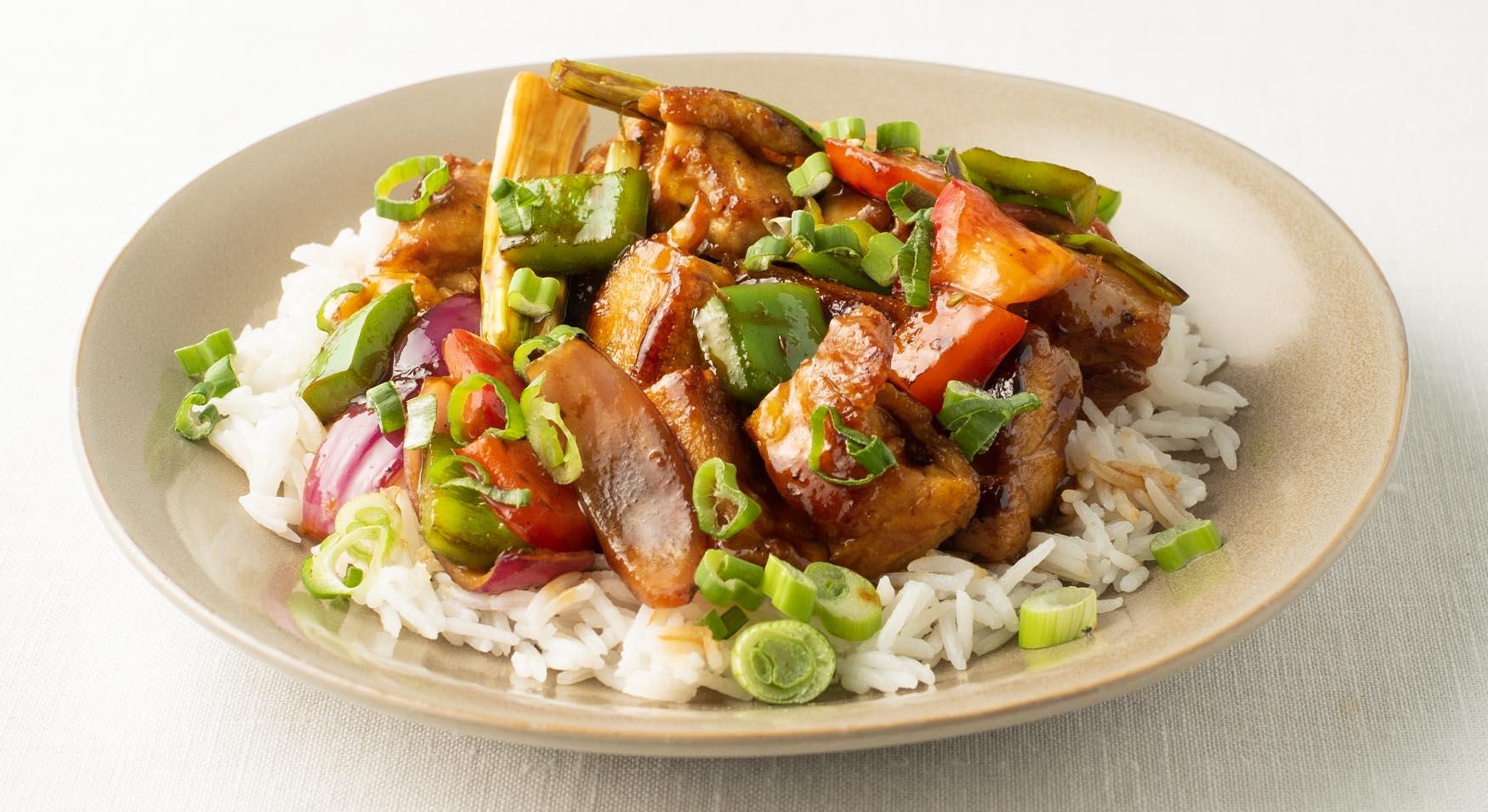 Salteado de pollo asiático, verduras y arroz blanco