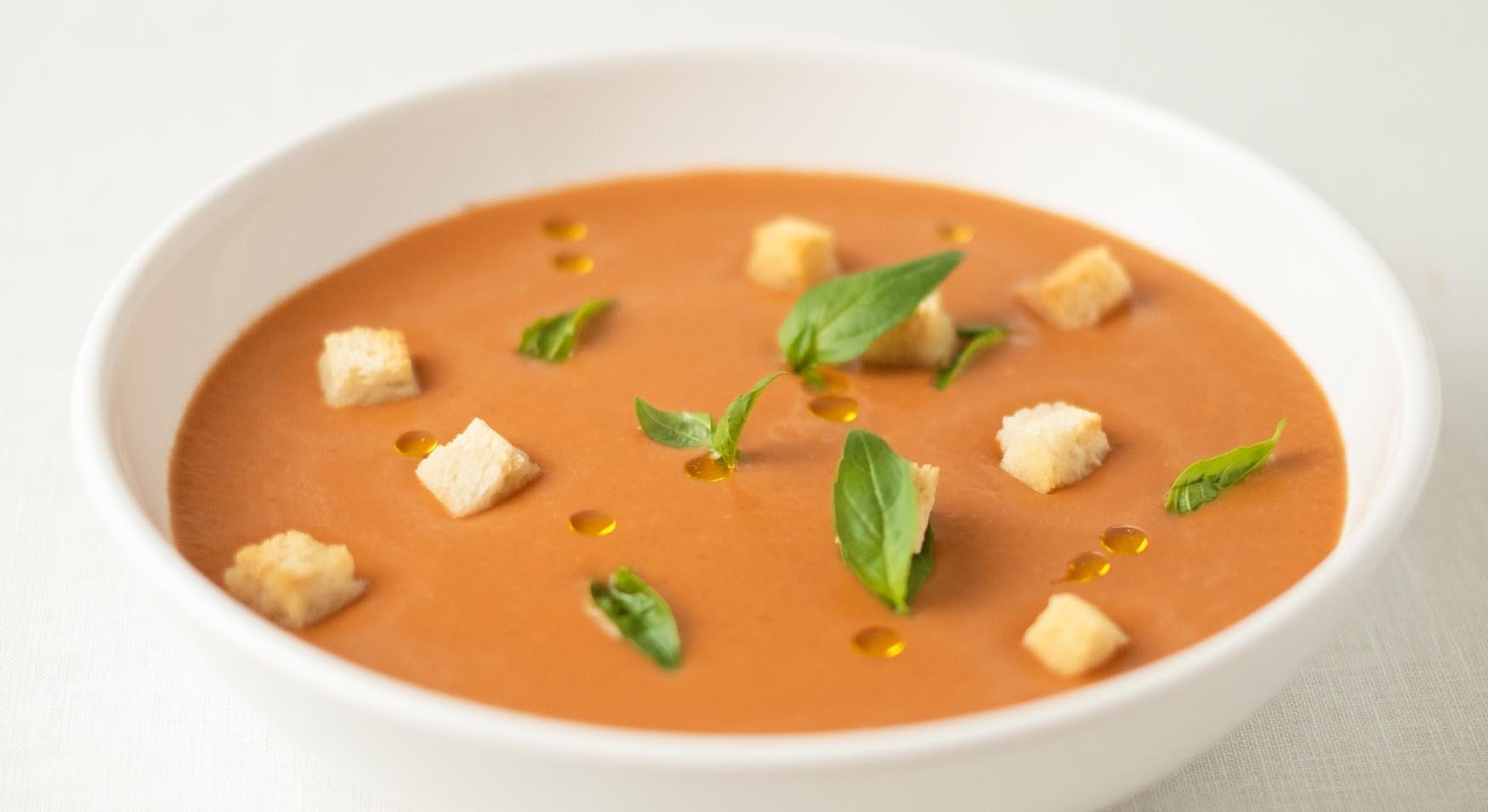 Sopa fría de tomate y albahaca a modo de gazpacho